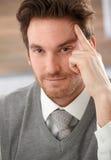 Nahaufnahmeportrait des denkenden Geschäftsmannes Stockbild