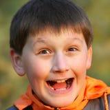 Nahaufnahmeportrait des frohen Jungen Lizenzfreie Stockbilder