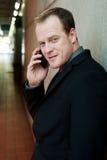 Nahaufnahmeportrait des Geschäftsmannes, der Handy verwendet Lizenzfreie Stockfotos