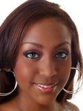 Nahaufnahmeportrait des jungen Lächelns der schwarzen Frau Lizenzfreie Stockfotografie
