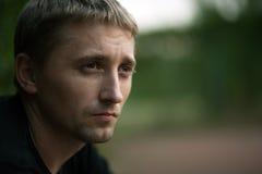 Nahaufnahmeportrait des jungen Mannes Stockbilder