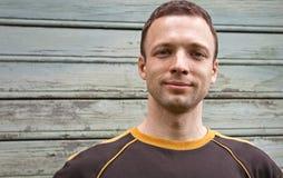 Nahaufnahmeportrait des jungen Mannes etwas lächelnd Lizenzfreie Stockfotografie