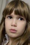 Nahaufnahmeportrait des jungen traurigen Mädchens Stockfotografie