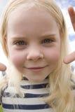 Nahaufnahmeportrait des kleinen Mädchens im Freien Stockbild