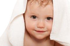 Nahaufnahmeportrait des kleinen Mädchens im weißen Tuch Stockbild