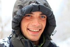 Nahaufnahmeportrait des lächelnden jungen Mannes Stockfotos