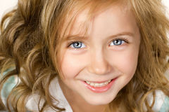 Nahaufnahmeportrait des lächelnden kleinen Mädchens Lizenzfreies Stockbild
