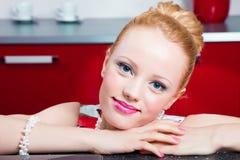 Nahaufnahmeportrait des Mädchens im Innenraum von rotem modernem Stockbild