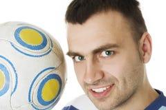 Nahaufnahmeportrait des Mannes mit einem Fußball lizenzfreies stockbild