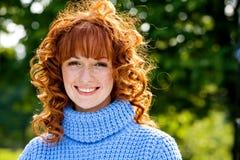 Nahaufnahmeportrait des reizenden Mädchens des Red-head Stockfoto