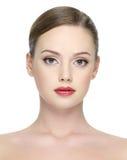Nahaufnahmeportrait des reizvollen Mädchens mit den roten Lippen Stockfotografie