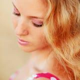 Nahaufnahmeportrait des schönen Mädchens Stockbild