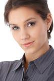 Nahaufnahmeportrait des schönen Lächelns der jungen Frau Stockfotografie