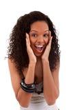 Nahaufnahmeportrait einer überraschten jungen schwarzen Frau Lizenzfreie Stockfotos