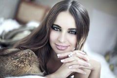 Nahaufnahmeportrait einer Dame mit rauchiger Augenverfassung Stockfotos