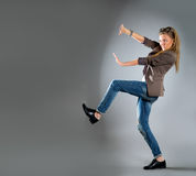 Nahaufnahmeportrait einer glücklichen jungen Geschäftsfrau lizenzfreie stockfotos