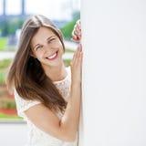 Nahaufnahmeportrait eines glücklichen Lächelns der jungen Frau lizenzfreies stockfoto