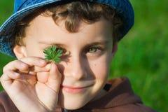 Nahaufnahmeportrait eines Jungen Stockbild