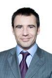 Nahaufnahmeportrait eines lächelnden stattlichen Mannes Stockfotografie