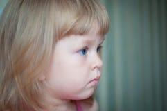 Nahaufnahmeportrait eines netten kleinen Mädchens Stockfotografie