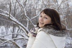 Nahaufnahmeportrait eines netten Mädchengehens im Freien Lizenzfreies Stockbild