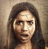 Nahaufnahmeportrait getrennt auf Weiß Frau mit trockenem gebrochenem Gesicht Stockfotografie