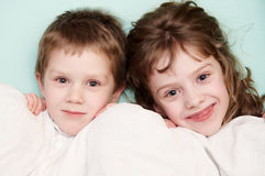 Nahaufnahmeportrait von zwei Kindern im Bett Stockfoto