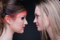 Nahaufnahmeportrait von zwei Mädchen: gut u. schlecht Stockbild