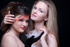 Nahaufnahmeportrait von zwei Mädchen: gut u. schlecht Lizenzfreie Stockfotos