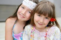 Nahaufnahmeportrait von zwei Schwestern des kleinen Mädchens Stockfoto