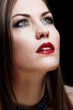 Nahaufnahmeportraitfrau mit den roten Lippen stockbilder