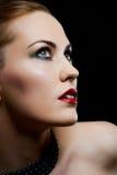 Nahaufnahmeportraitfrau mit den roten Lippen lizenzfreies stockfoto