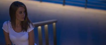 Nahaufnahmeporträt, das die junge Freiberuflerfrau betrachtet das Telefon sieht gute Nachrichten oder Fotos mit nettem Gefühl läc Lizenzfreie Stockfotografie