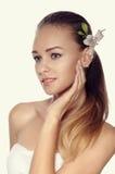 Nahaufnahmeporträt der Frau in Drei viertel eine weiße Lilie in ihr Stockfoto