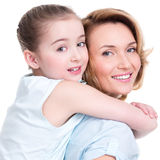 Nahaufnahmeporträt der glücklichen Mutter und der jungen Tochter Stockfotos