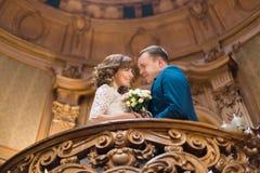Nahaufnahmeporträt der glücklichen Umfassung des verheirateten Paars vertraulich auf hölzernem Balkon am alten Weinlesehaus Stockbild
