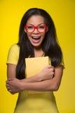 Nahaufnahmeporträt der jungen lachenden Frau Lizenzfreie Stockfotos