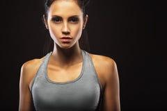Nahaufnahmeporträt der sportlichen Frau Stockfotografie
