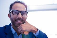 Nahaufnahmeporträt des glücklichen Geschäftsmannes im Büro Stockbild