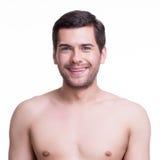 Nahaufnahmeporträt des glücklichen jungen Mannes. Stockfotografie