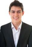 Nahaufnahmeporträt des jungen lächelnden Geschäftsmannes auf weißem backgro Stockbild