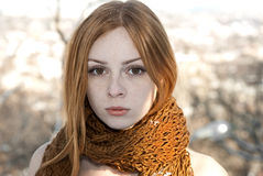 Nahaufnahmeporträt des schönen reinen Mädchens im Schalwinter Stockbilder