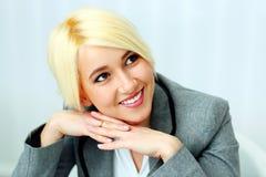 Nahaufnahmeporträt einer Geschäftsfrau, die weg copyspace betrachtet Lizenzfreies Stockfoto