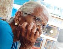 Nahaufnahmeporträt einer indischen älteren Frau Stockfoto