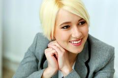 Nahaufnahmeporträt einer netten Geschäftsfrau, die weg copyspace betrachtet Stockbild