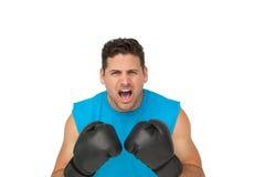Nahaufnahmeporträt eines entschlossenen männlichen schreienden Boxers Lizenzfreie Stockbilder