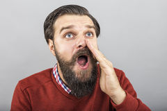 Nahaufnahmeporträt eines Schreiens des jungen Mannes Stockbild