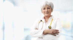 Älterer weiblicher Doktor Lizenzfreie Stockfotos