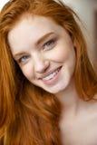 Nahaufnahmeporträt reizend positiver Dame mit dem langen roten Haar Stockfoto