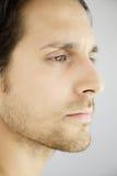 Nahaufnahmeprofilporträt des hübschen ernsten Mannes lizenzfreie stockbilder